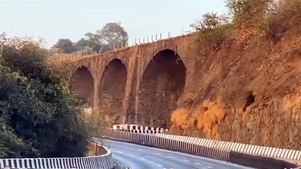 മഹാരാഷ്ട്രയിൽ 190 വർഷം പഴക്കമുള്ള അമൃതഞ്ജൻ പാലം പൊളിച്ചുമാറ്റി